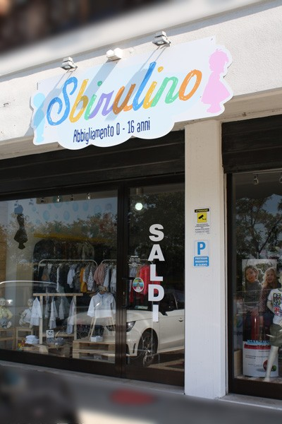 Sbirulino_insegna_esterna_abbigliamento-bimbi-san-marino-